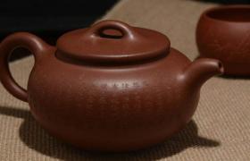 投资紫砂壶,不仅要懂历史文化及书法绘画等知识,还要...